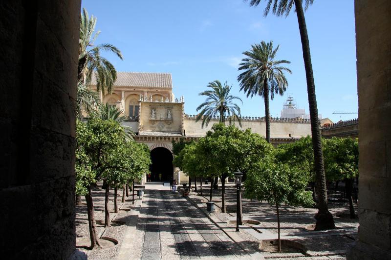 Patio_de_los_Naranjos,_Mezquita_de_Córdoba.jpg