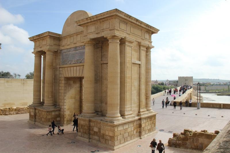 Puerta_del_Puente_-_Centro_histórico_de_Córdoba.jpg